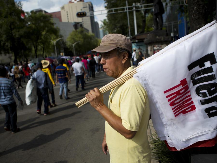 """Un vendedor de banderas en una protesta """"antiimperialista"""" en Ciudad de México el 16 de junio."""