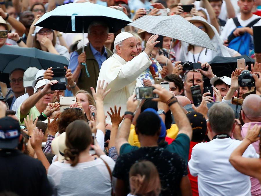 El papa Francisco saluda a su llegada a la audiencia general de los miércoles en el Vaticano hoy, 28 de junio de 2009.