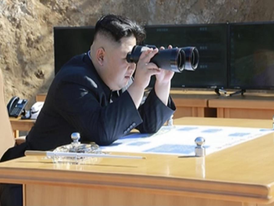Kim Jung Un sigue el lanzamiento del misil, según una imagen proporcionada por la televisión pública norcoreana.