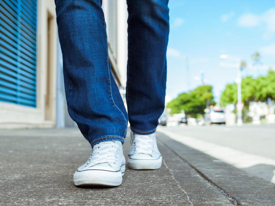 Persona caminando por la calle