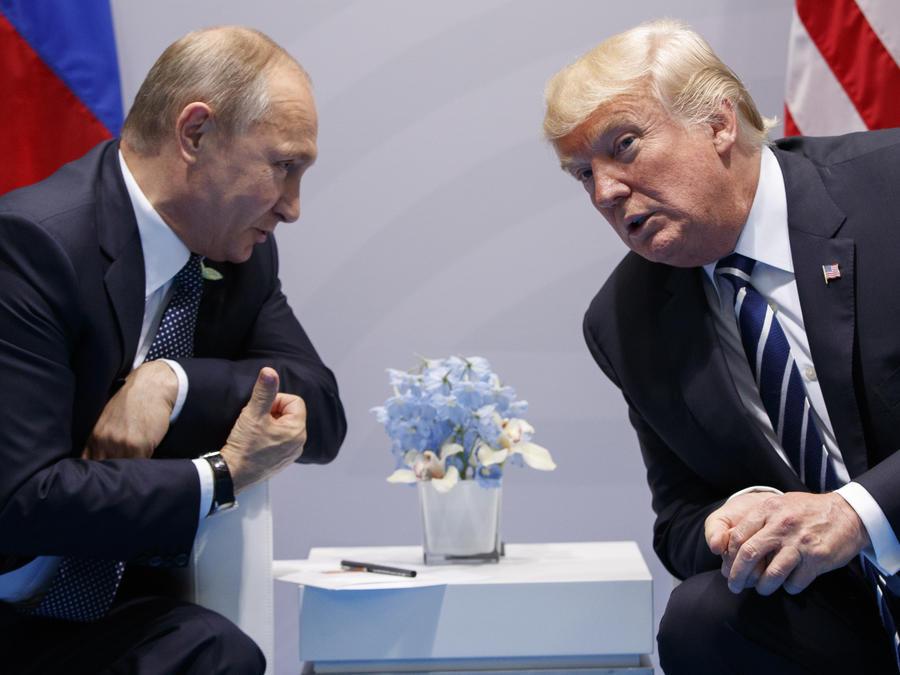 ARCHIVO- En esta fotografía del 7 de julio de 2017 el presidente de Estados Unidos, Donald Trump, se reúne con su homólogo ruso Vladimir Putin en la cumbre del G20 en la ciudad de Hamburgo, Alemania.