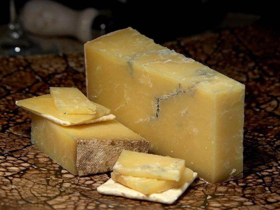 bloque de queso cheddar