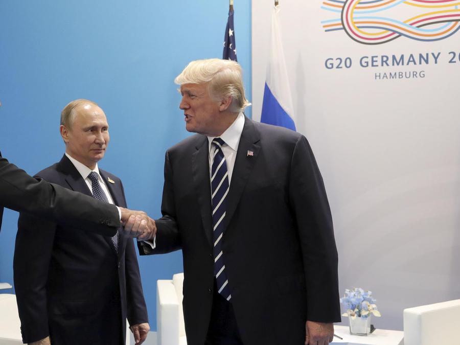 El canciller ruso Sergei Lavrov (izq), estrecha la mano del presidente Donald Trump en presencia del presidente ruso Vladimir Putin, el 7 de julio en Hamburgo