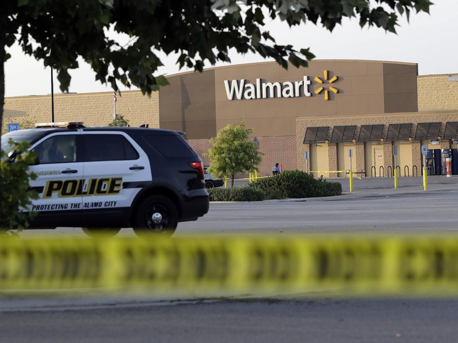 Un coche de policía en el centro comercial donde fueron hallados los inmigrantes muertos en San Antonio.