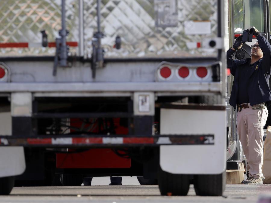 Agentes de policía junto al camión en el que viajaban los inmigrantes, este domingo en San Antonio.