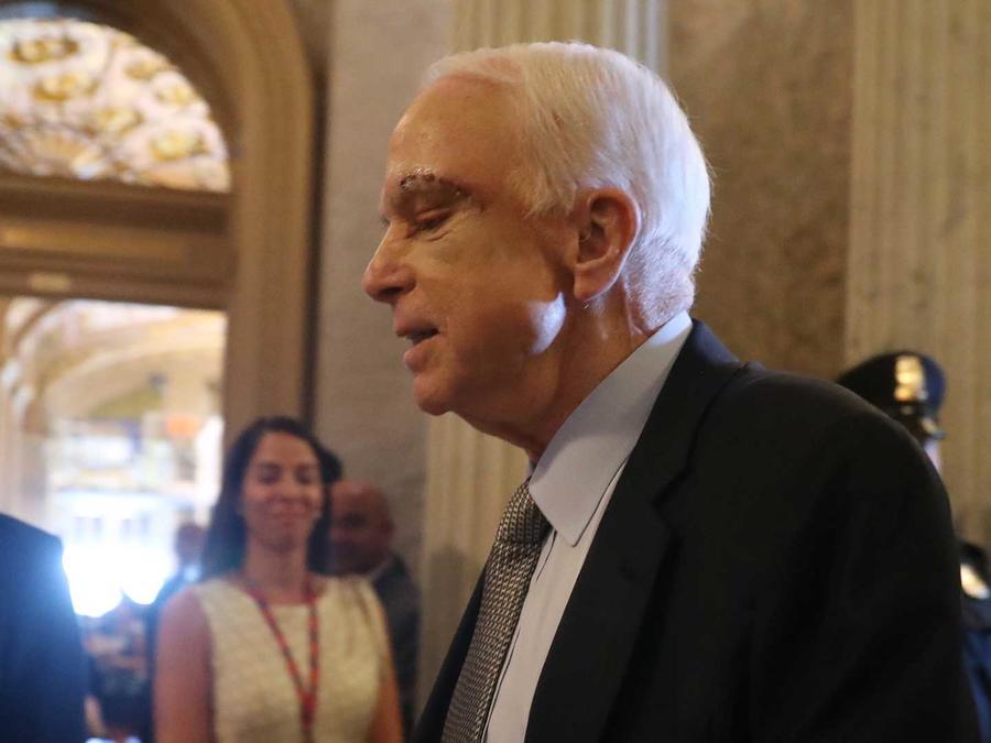 El senador republicano John McCain, de Arizona, llega al Capitolio, en Washington, el martes 25 de julio de 2017.