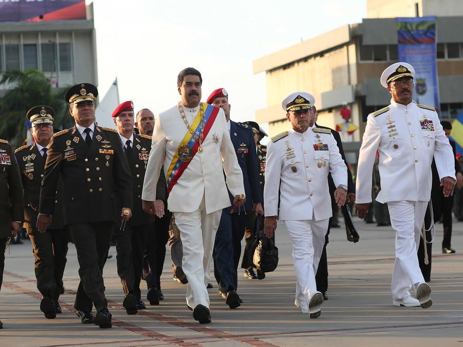El presidente de Venezuela, Nicolás Maduro, atiende este 24 de julio a una ceremonia militar para conmemorar el aniversario del nacimiento de Simón Bolivar. Foto cedida por el Palacio de Miraflores.