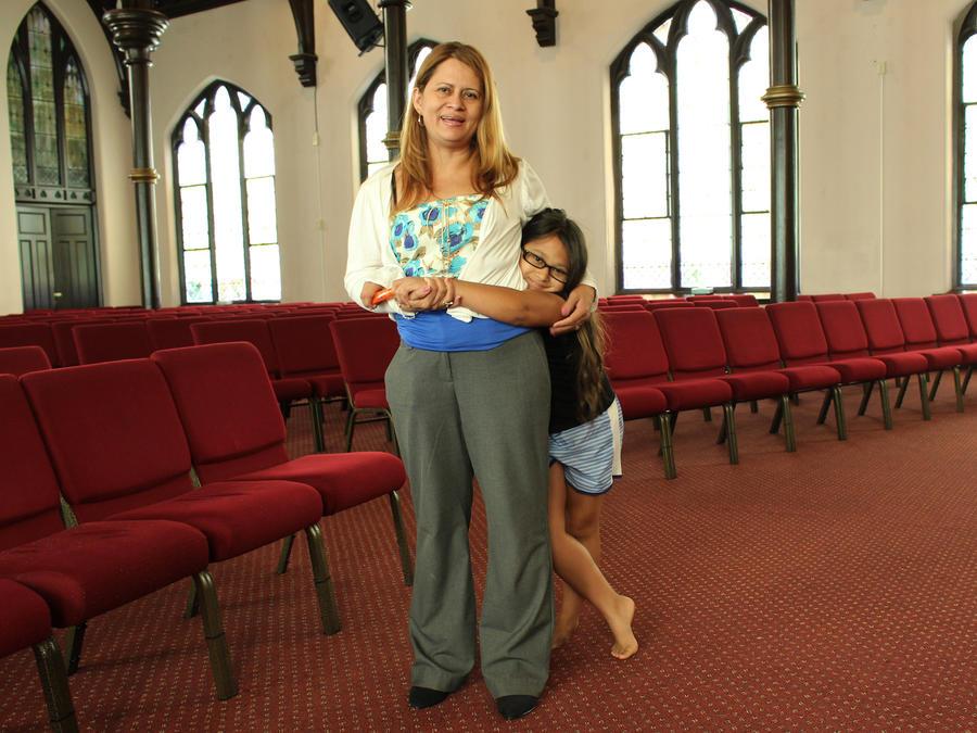 Nury Chavarria y su hija Hayley fotografiadas en la Iglesia de Dios Pentecostal de New Haven, Connecticut, el 24 de julio del 2017.