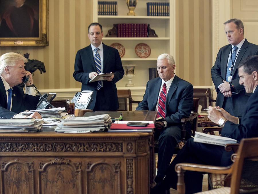 De izquierda a derecha, Donald Trump, Reince Priebus, Mike Pence, Sean Spicer y Michael Flynn, en la Casa Blanca el 28 de enero.