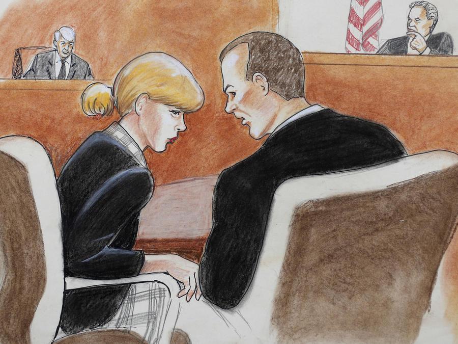 Swift habla con su abogado este martes; Mueller, al fondo a la izquierda, en este dibujo del juicio, al que no pueden entrar cámaras.