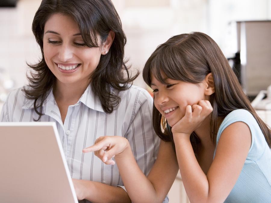 Madre e hija usando computadora