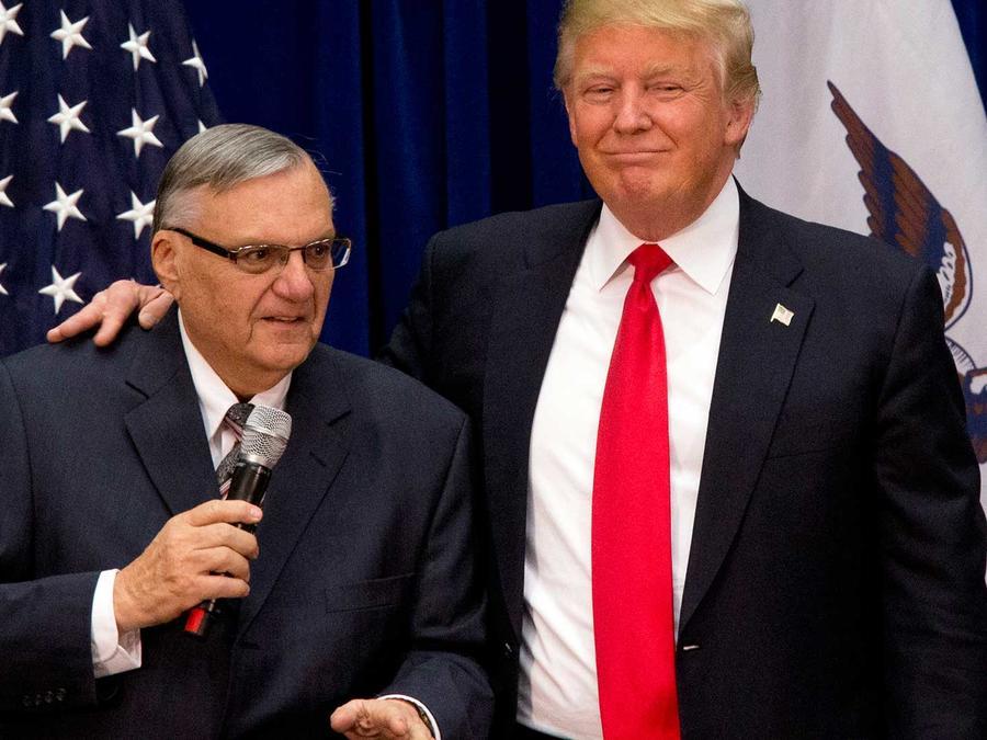 El ex alguacil Joe Arpaio con Donald Trump en enero del 2016