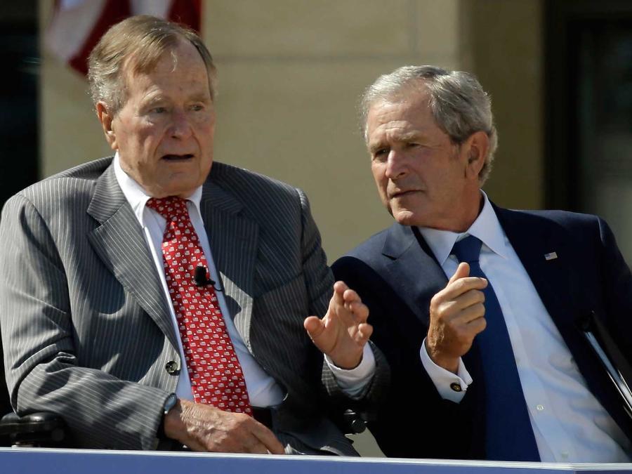 Los ex presidentes George W. Bush y George H.W. Bush en Dallas en abril del 2013