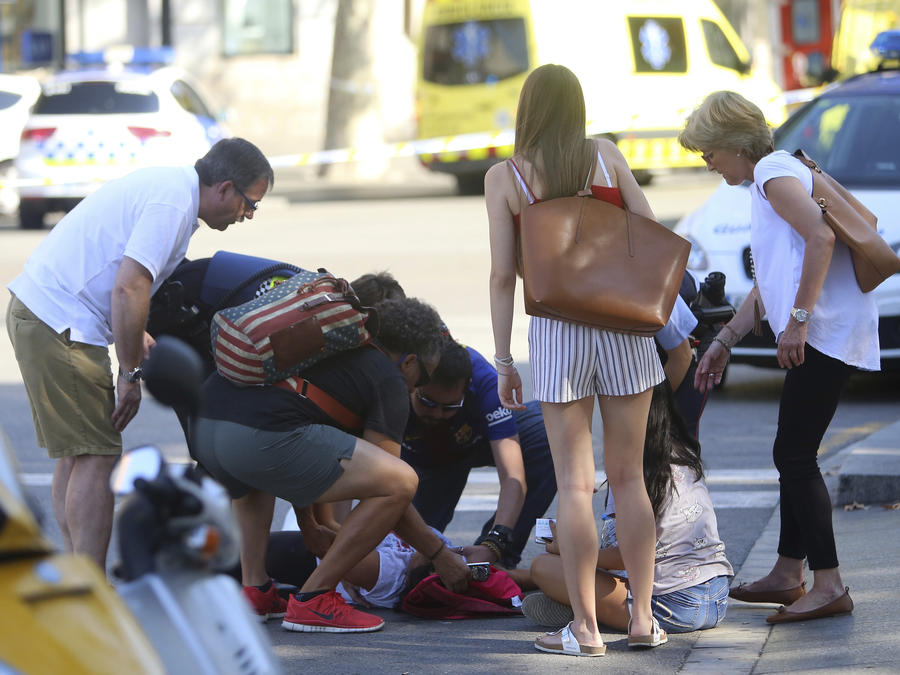 Una persona es tratada en Barcelona, España, el jueves 17 de agosto del 2017, después de un ataque con un van dejara al menos 13 muertos y varios heridos en el paseo Las Ramblas.