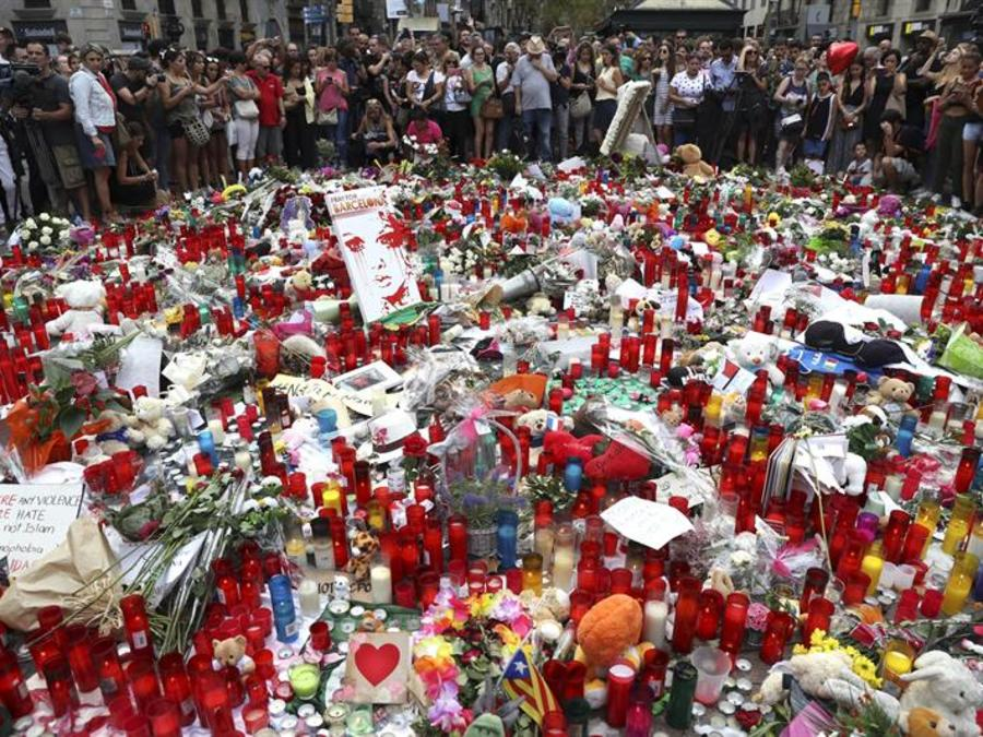 Manto de flores cubre Las Ramblas de Barcelona en honor a las víctimas del atentado
