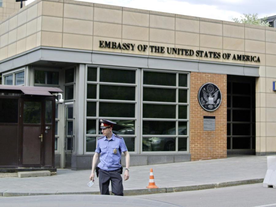 Fotografía de archivo del 14 de mayo de 2013 de un policía ruso frente a una de las entradas de la embajada de Estados Unidos en Moscú.