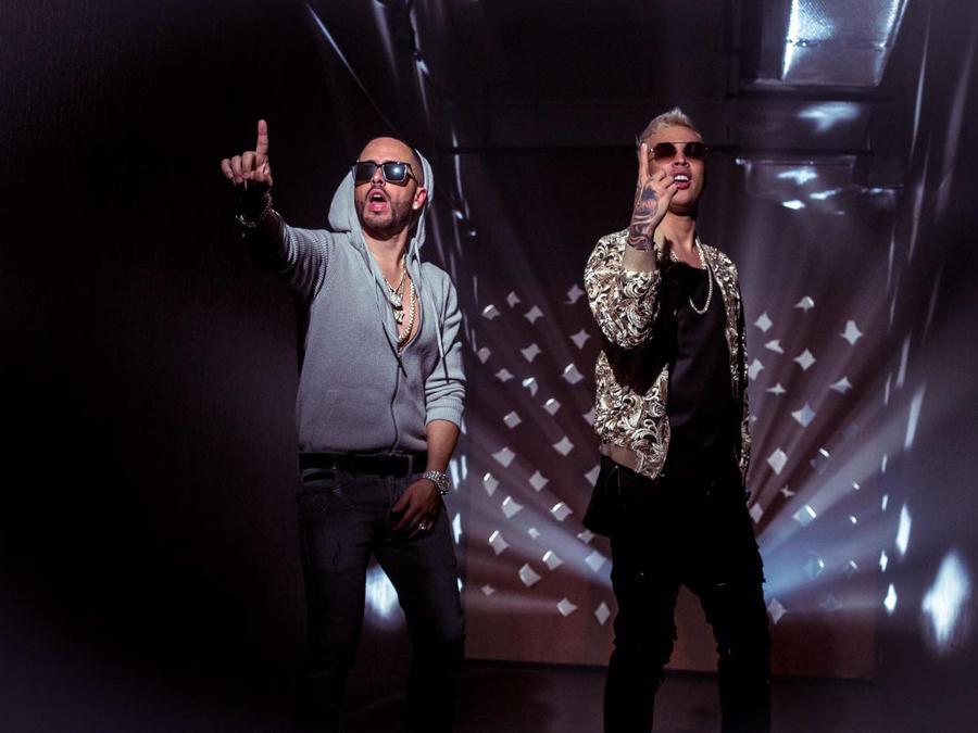 Yandel y Noriel en el video Doble Personalidad