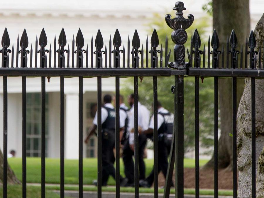 Archivo: Agentes del Servicio Secreto en los jardines de la Casa Blanca