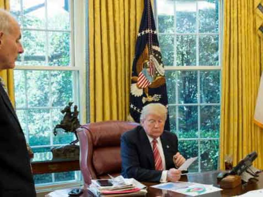 El presidente de EEUU, Donald Trump, en el despacho oval de la Casa Blanca siendo informado sobre huracán Harvey