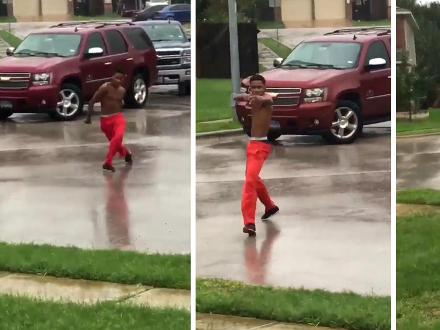 Deandre Wilson bailando bajo la lluvia