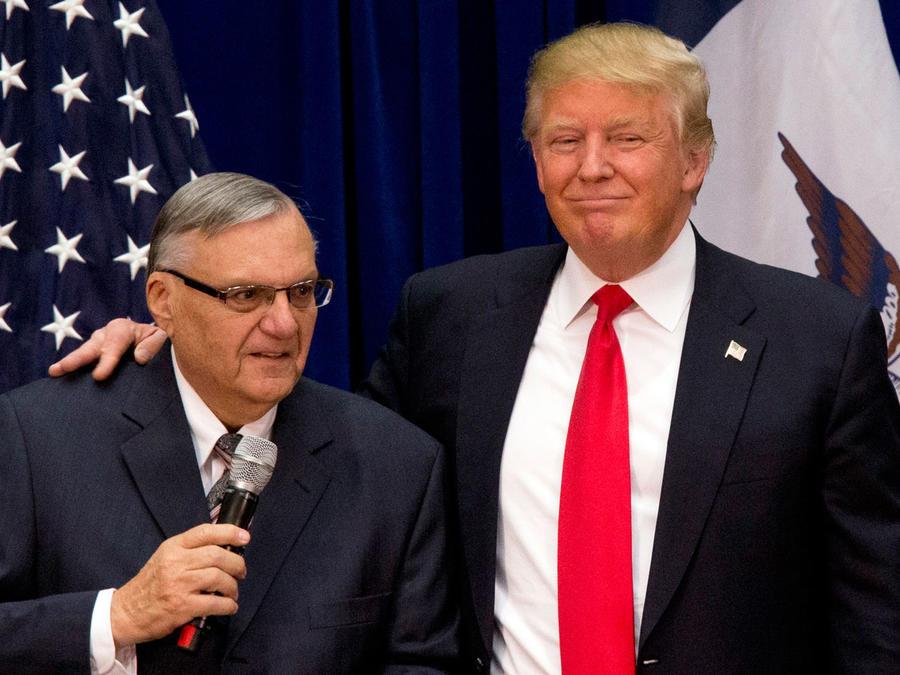 Arpaio (izquierda)yTrump, en enero de 2016.