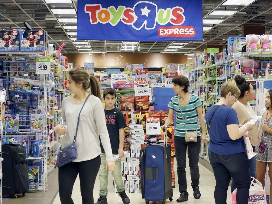 Archivo: Compradores en tienda Toys R Us