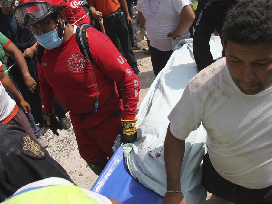 Trabajos de rescate en el colegio derrumbado en Ciudad de México.