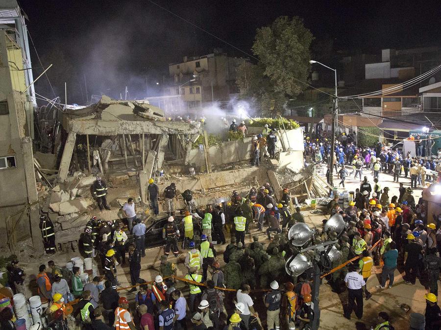 Voluntarios y trabajadores de rescate buscan niños atrapados entre los escombros de la escuela Enrique Rebsamen en la Ciudad de México, el martes 19 de septiembre de 2017.