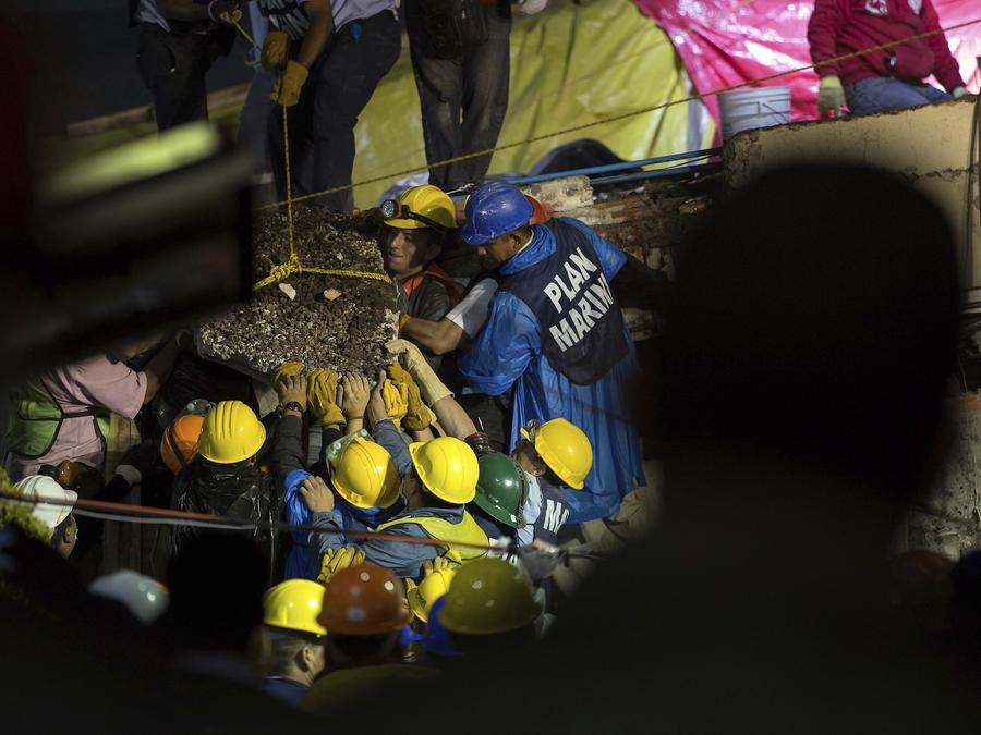 Trabajos de rescate este jueves en la escuela Enrique Rebsamen.