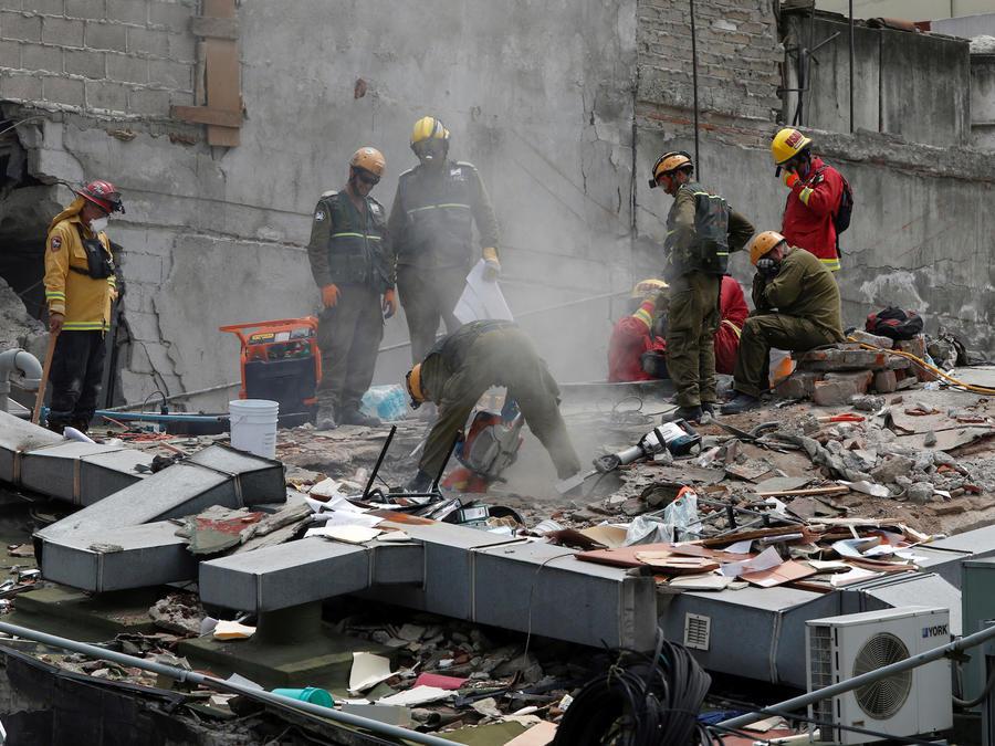 Trabajos de rescate en el edificio derrumbado en Ciudad de México.