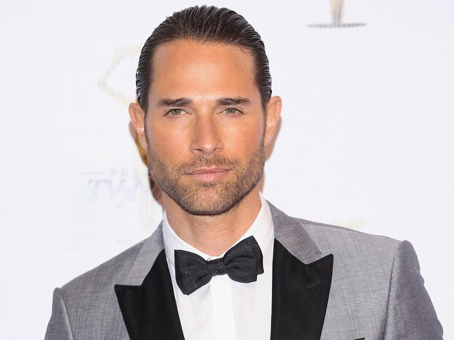 Sebastián Rulli serio en los Premios TVyNovelas