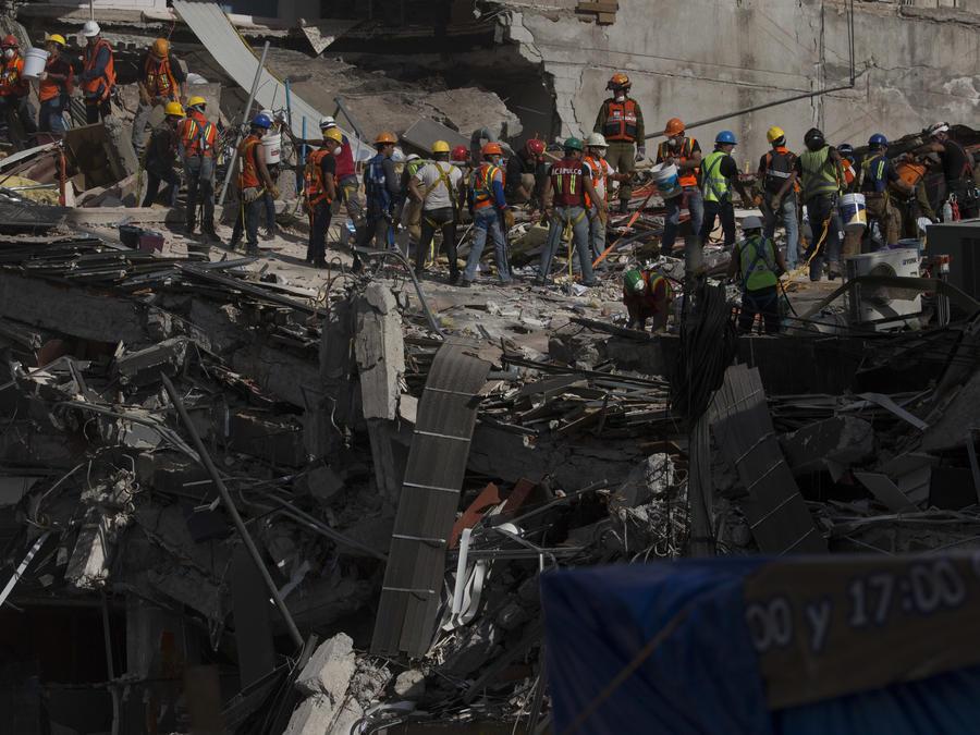 Rescatistas buscan sobrevivientes el sábado 23 de septiembre de 2017 en uno de los edificios que se derrumbó tras el sismo de 7,1 en la colonia Roma Norte, en la Ciudad de México.