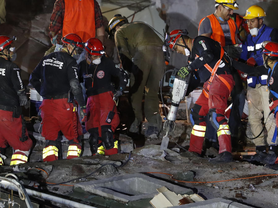 Trabajos de rescate en el edificio derrumbado de Álvaro Obregón.