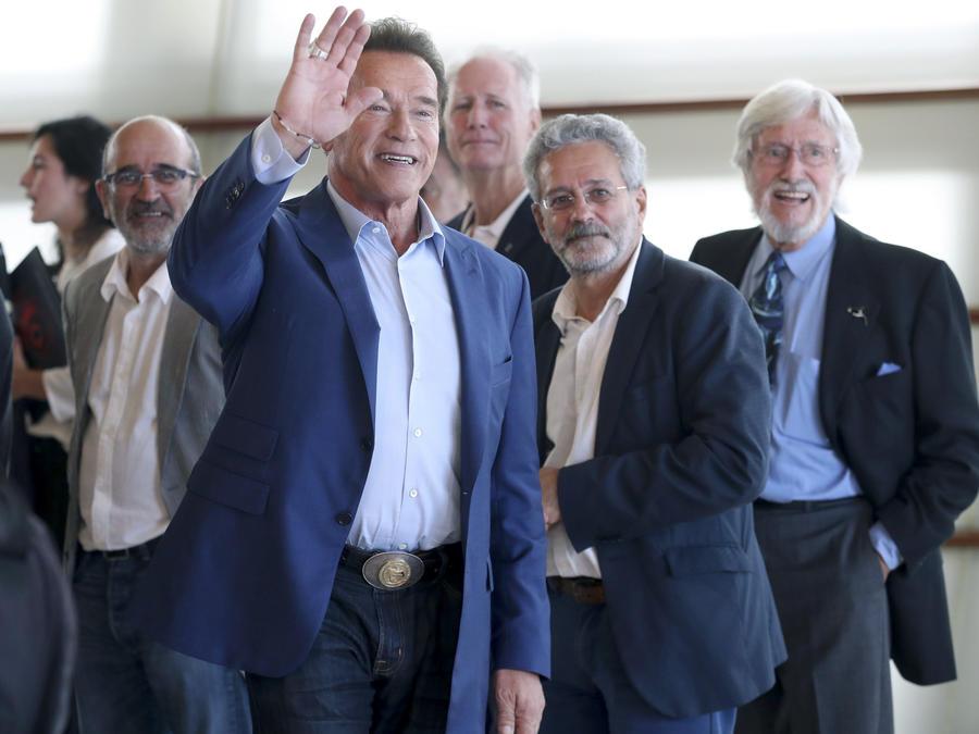 """El actor Arnold Schwarzenegger (2i), posa junto a los realizadores, Jean Michel Cousteau (d), y Jean Jacques Mantello (i), tras presentar su documental """"Wonders of the sea 3D"""", en el marco del Festival Internacional de Cine de San Sebastián."""
