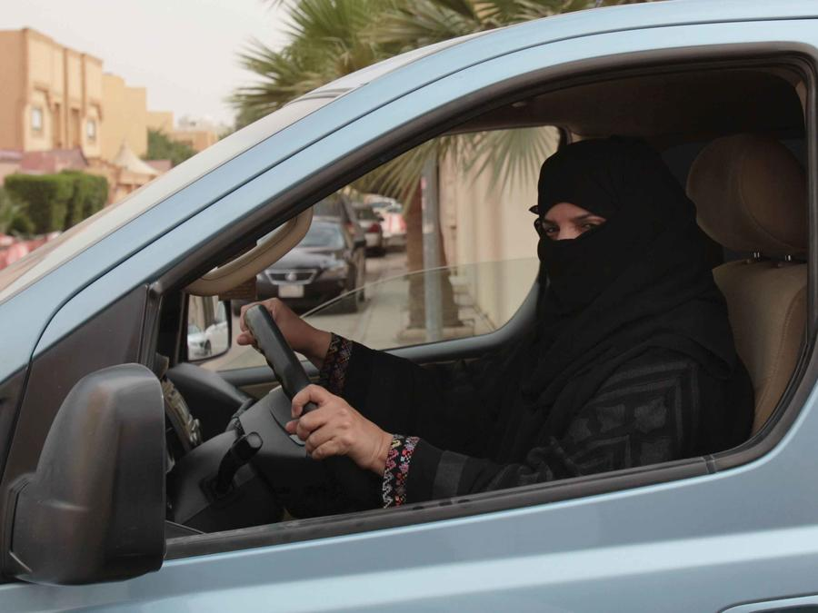 Una mujer conduce un vehículo en Arabia Saudí pese a la prohibición. Foto de archivo