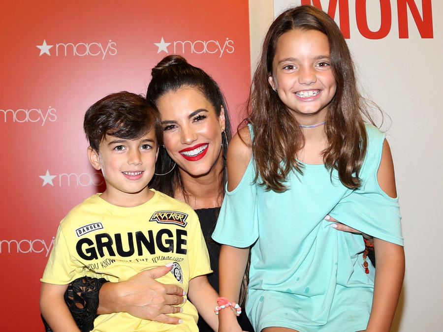 Gaby Espino y sus hijos abrazados