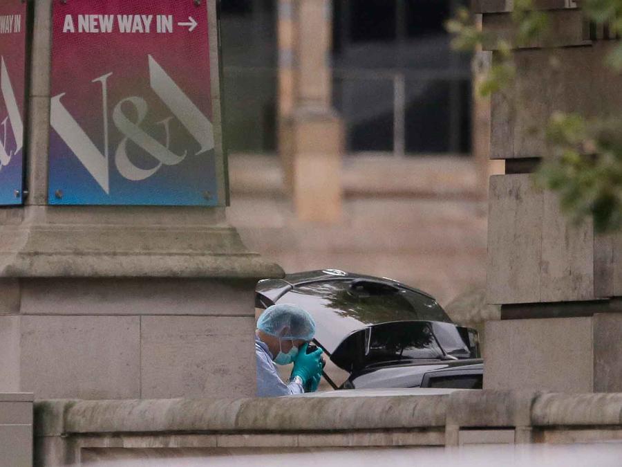 Expertos forenses investigan el auto que embistió a varias personas en Londres