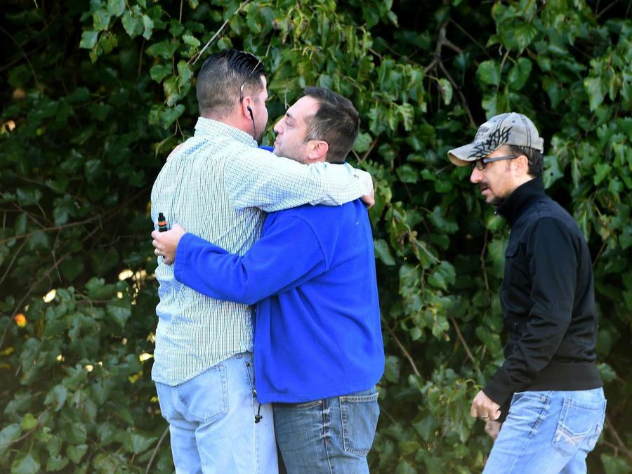 Unas personas se consuelan en el lugar de una balacera en Edgewood, condado Harford, Maryland, el 18 de octubre del 2017