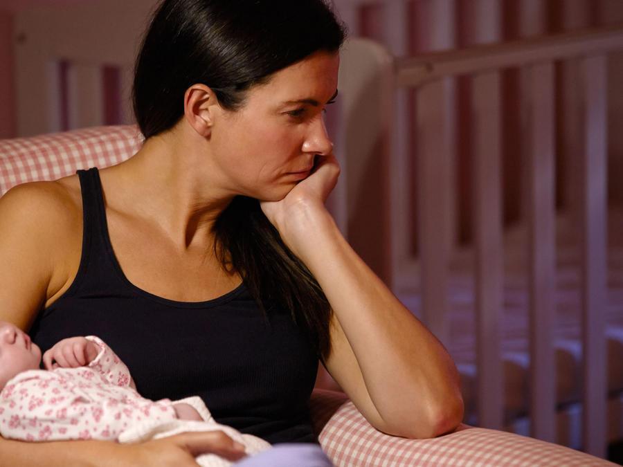 Mamá cargando a recién nacido