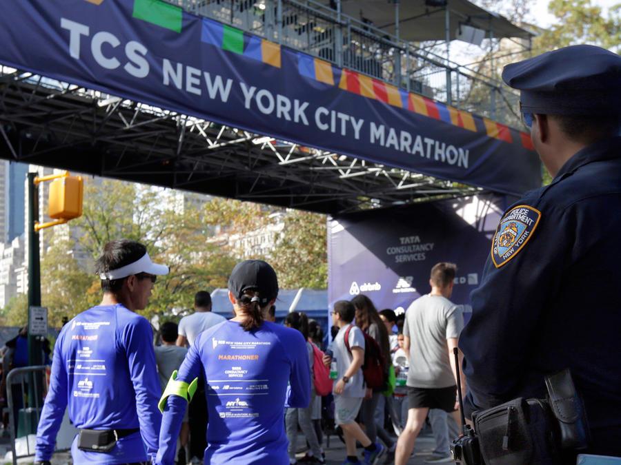 Un policía cuida la meta del Maratón de New York en el Central Park. El evento se realizará el domingo 5 de noviembre del 2017