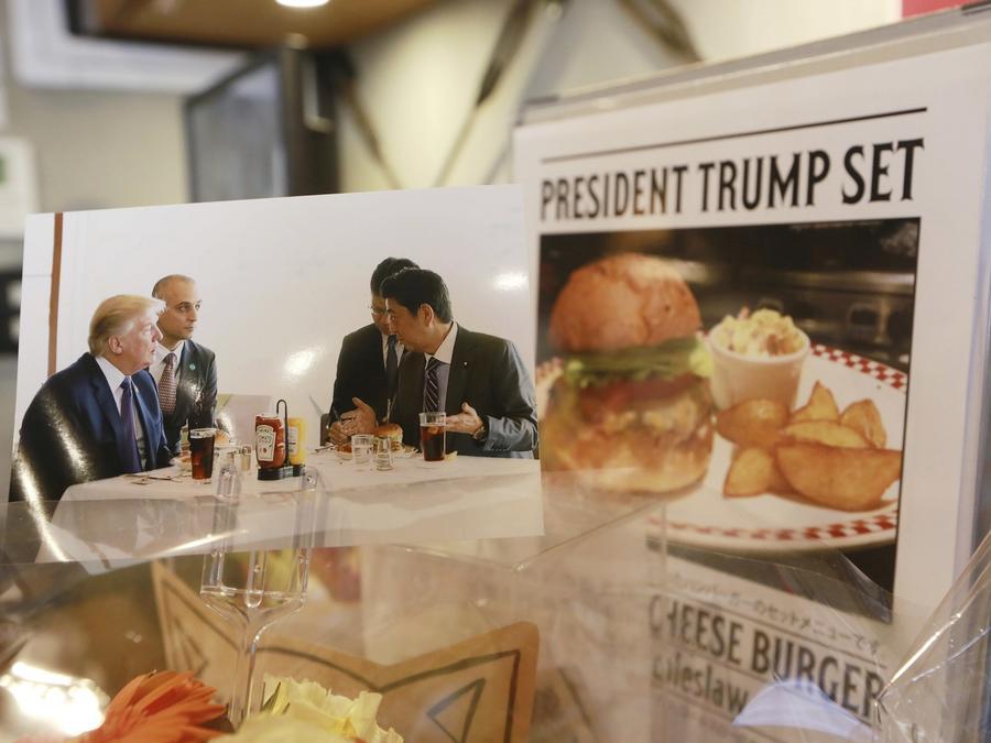 """Una foto del presidente Trump y el primer ministro japonés Shinzo Abe, al lado del menú """"President Trump Set"""" en el restaurante Kasumigaseki Country Club, Tokio."""