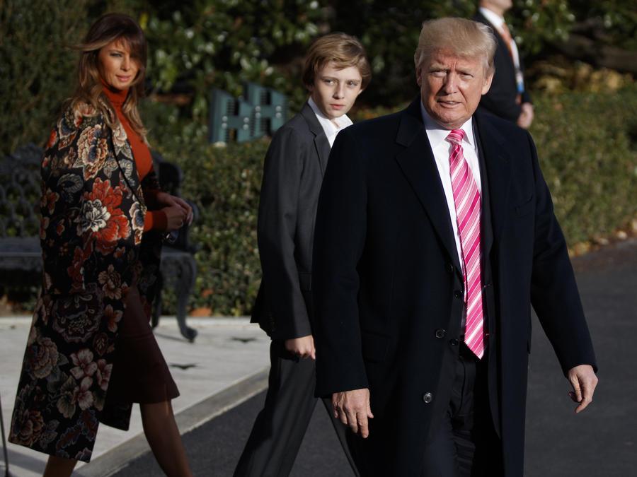 Trump, con su mujer, Melania, y su hijo Barron, habla con periodistas antes de salir de la Casa Blanca en dirección a su mansión de Florida este martes.