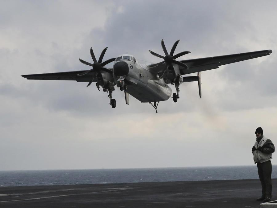 Un avión C-2 Greyhound de la Marina de Estados Unidos se acerca a la cubierta del portaaviones de clase Nimitz USS Carl Vinson.