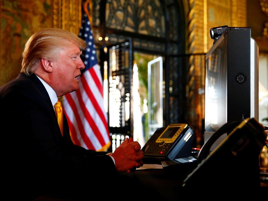 El presidente Trump habla via teleconferencia con las tropas desde su residencia de Mar-a-Lago en Palm Beach el Día de Acción de Gracias.
