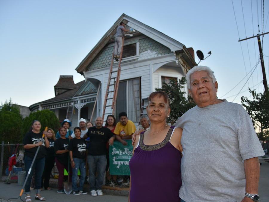 Ricardo Ramírez, de 76 años (d), y su esposa Rosa María García, de 67 (2d), ambos originarios de México, posan junto a voluntarios.