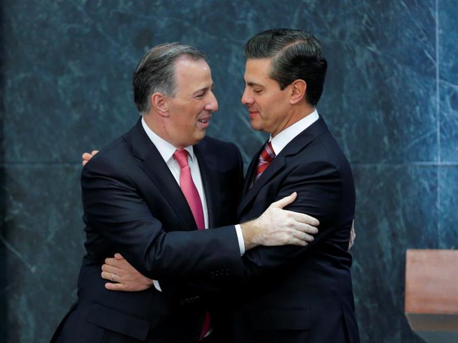 El presidente de México, Enrique Peña Nieto (d), saluda al secretario mexicano de Hacienda, José Antonio Meade (i), hoy, lunes 27 de noviembre de 2017, en la residencia de los Pinos en Ciudad de México (México).