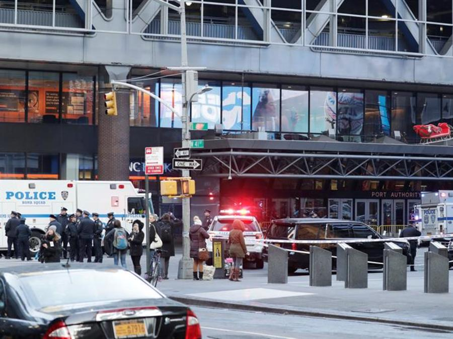 Vehículos de la policía permanecen a la entrada de la terminal de autobuses de la Autoridad del Puerto en Nueva York (Estados Unidos) hoy, 11 de diciembre de 2017.