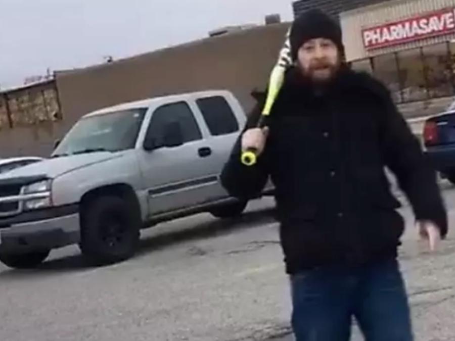 Con bate en mano el hombre empezó a atacar a la familia en medio del estacionamiento