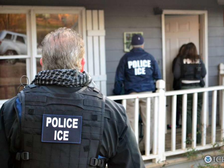 Demandan al gobierno federal porque ICE ha entrado a las casas de los indocumentados sin orden judicial, orden de arresto o diciendo mentiras