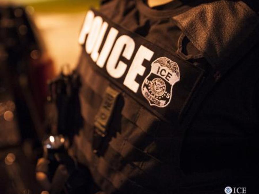 Fotografía del Servicio de Inmigración y Aduanas (ICE, por sus siglas en inglés) de un agente de ICE en el marco de un operativo.